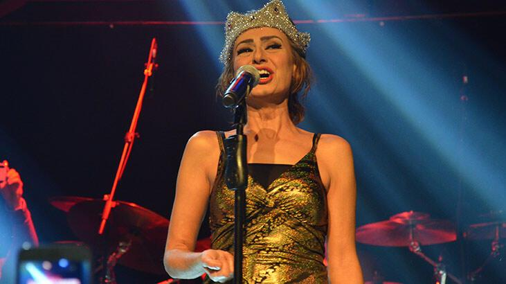Yıldız Tilbe sahneye kraliçe tacıyla çıktı