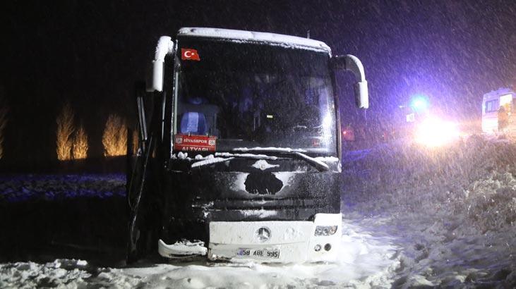 Sivasspor altyapı oyuncularını taşıyan otobüs yoldan çıktı! Yaralılar var...