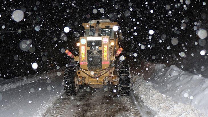 Bursa'da karda mahsur kalan sürücü, 8 saat sonra kurtarıldı