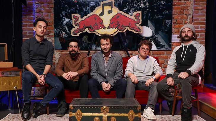 Yüzyüzeyken Konuşuruz yeni teklisi 'Kazılı Kuyum'u Red Bull Müzik Stüdyoları'nda kaydetti