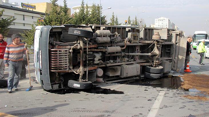 Tekeri çıkan kamyon yan yattı