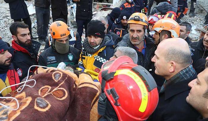 14 saat sonra enkazdan kurtarıldı! Bakan Soylu da çalışmalara katıldı