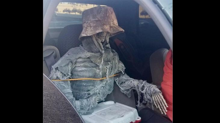 Polis aracın kapısını açtı, koltukta oturan iskeleti gördü!