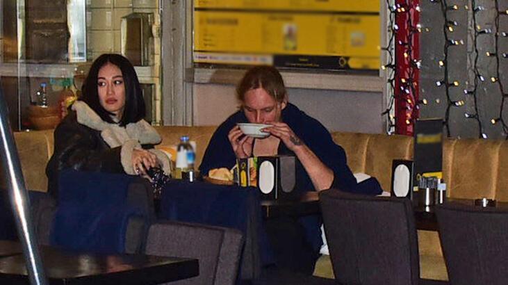 Dilan Erkaya kız arkadaşıyla yemekte