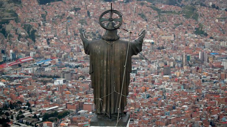 Bolivya'da İncil, Başkanlık Sarayı'na dönerken farklı inanca sahip yerliler endişeli