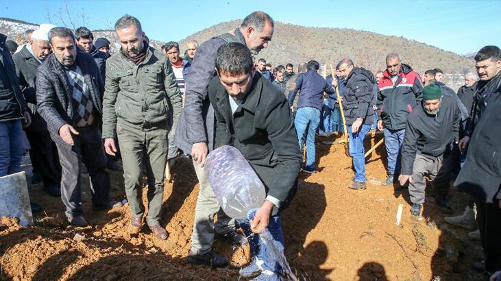 Elazığ'daki depremde hayatını kaybeden anne ve oğlu son yolculuğuna uğurlandı