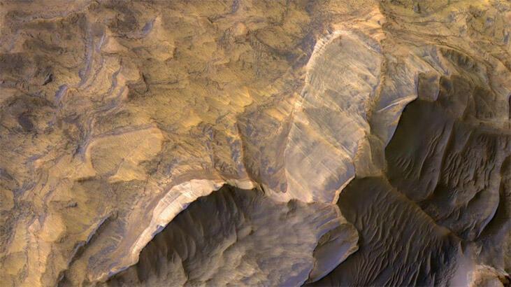 Mars'tan gelen çarpıcı fotoğraf, gezegenin büyük kanyonlarına ışık tuttu