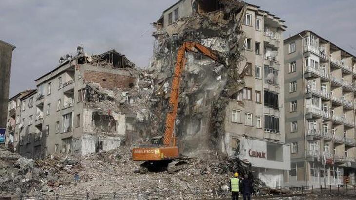 Elazığ'daki riskli binanın yıkım çalışmaları başladı!