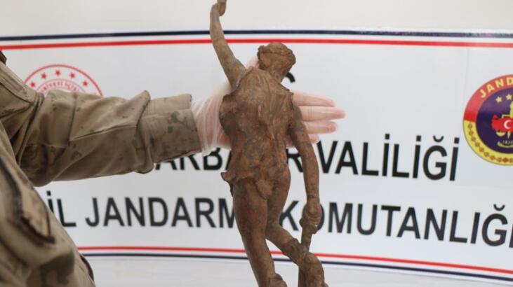 Roma dönemine ait savaşçı figürlü heykel ele geçirildi