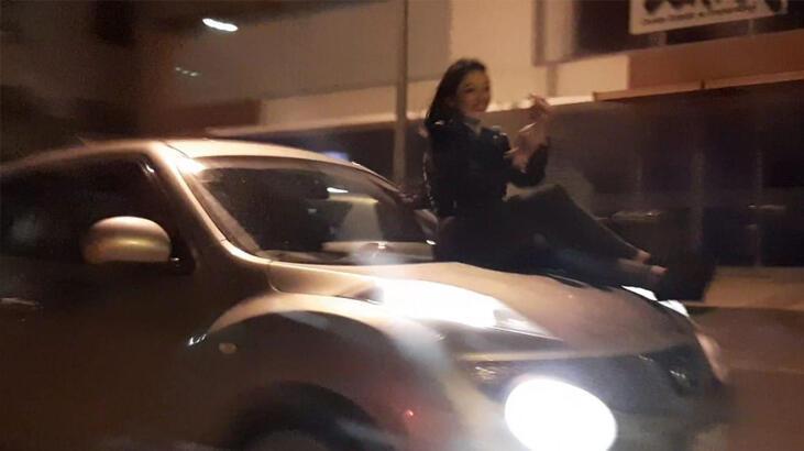 Şok görüntü! Ön kaputa oturttuğu kadın ile trafiğe çıktı