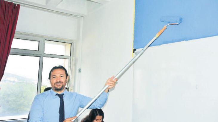 Dekan, öğrencilerle sınıfları boyadı