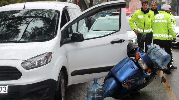 Aracın açılan kapısına motosikletli çarptı!