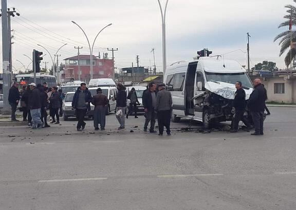Kırmızıda geçen otobüs, öğrenci servisine çarptı: 5 yaralı