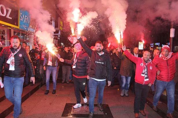Sivassporlu taraftarlardan hakemlere yürüyüşlü tepki