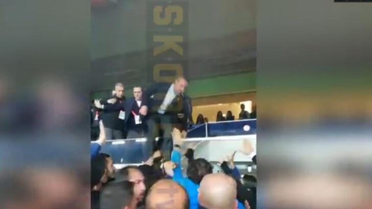Fenerbahçe Başkanı Ali Koç tribünden atladı! İstifa tezahüratı...