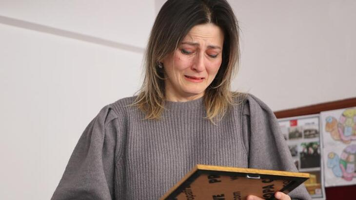 Depremde hayatını kaybeden öğrencisi için gözyaşı döktü!