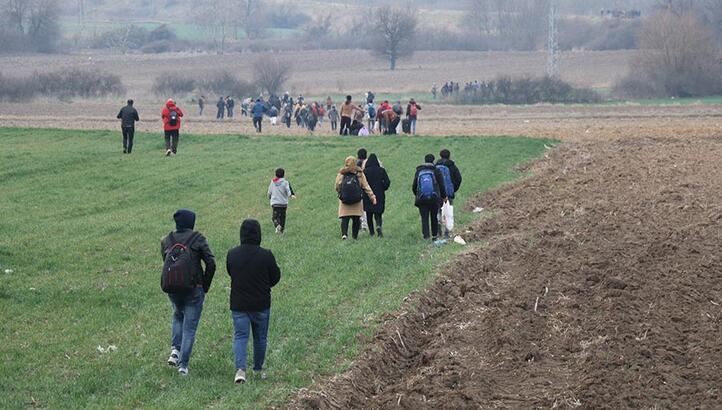 Son dakika: Yüzlerce kişi tarlalardan geçerek, sınıra ulaşmaya çalışıyor