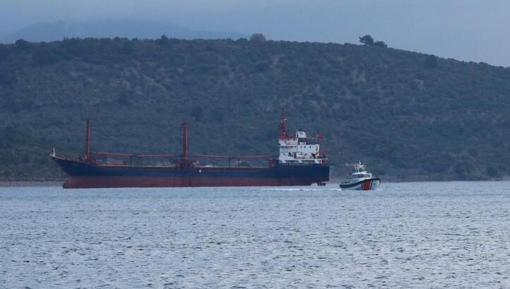 Ayvacık açıklarına demir atan gemi, Sahil Güvenlik'i harekete geçirdi