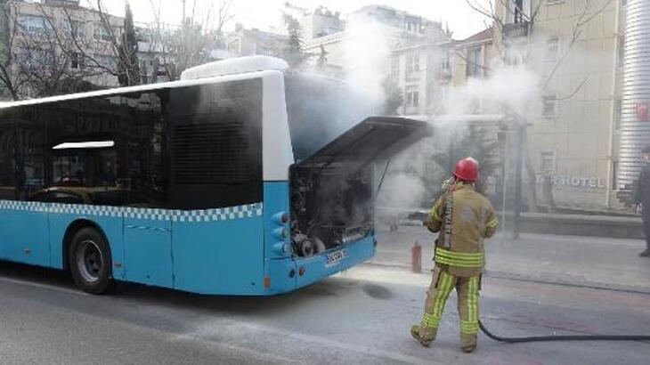 Beyoğlu'nda büyük panik! Halk otobüsü alev alev yandı
