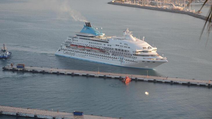 Kuşadası'na sezonun ilk kruvaziyer gemisi yanaştı