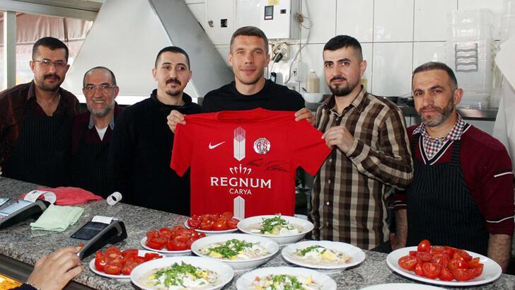 Podolski, Antalya'nın köfte piyazını da sevdi