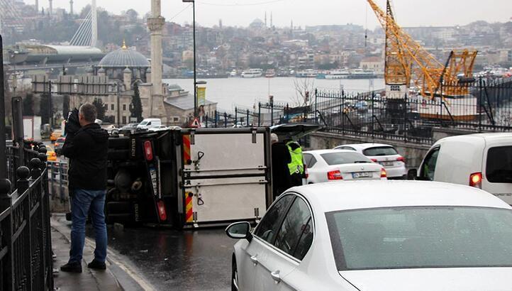 Unkapanı Köprüsü girişinde kaza; trafik kilitlendi