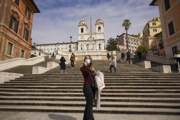 """""""İtalyanlar karantinada hayatı yaşamanın yollarını üretiyorlar"""""""