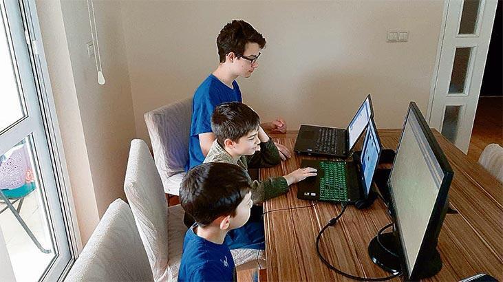 Üç kardeş aynı masada ders yaptı