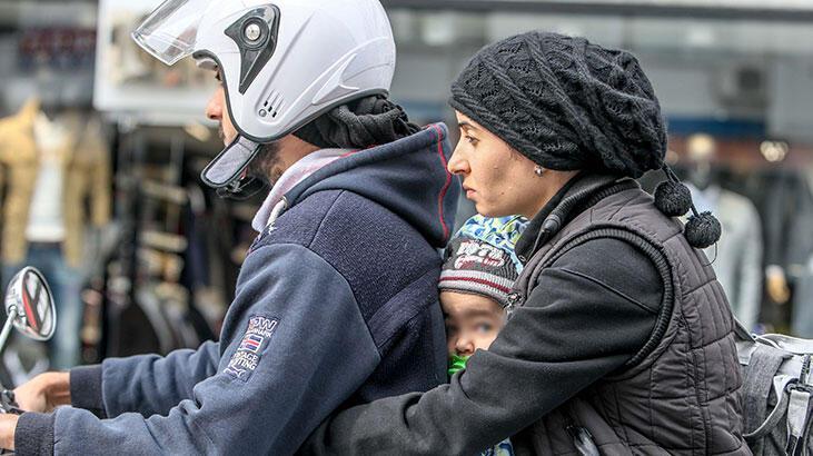 Motosiklet üzerinde şoke eden görüntü! Kasksız kadın ve bebek