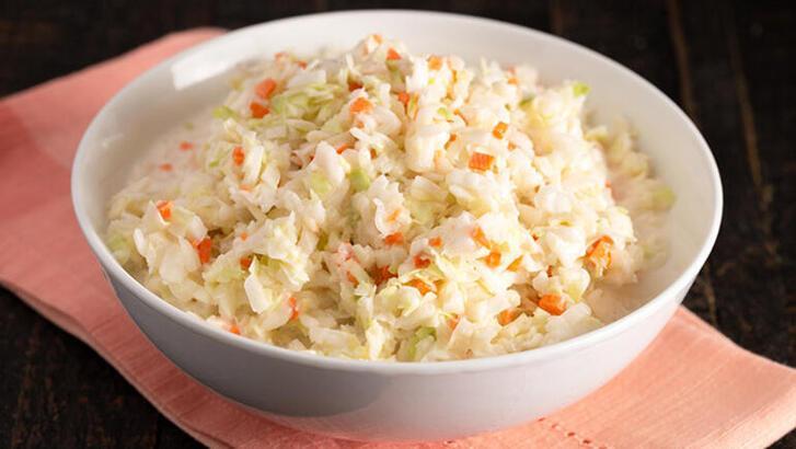 Evde yapabileceğiniz 'Coleslaw' salatası tarifi