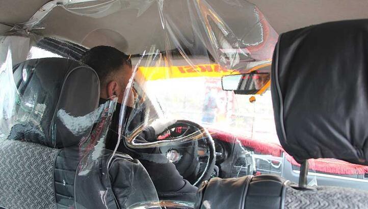 Taksiciden corona virüsüne karşı şeffaf kabin