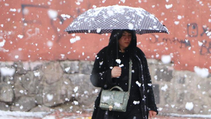 Erzurum'a 1 Nisan sürprizi! Her yer beyaza büründü