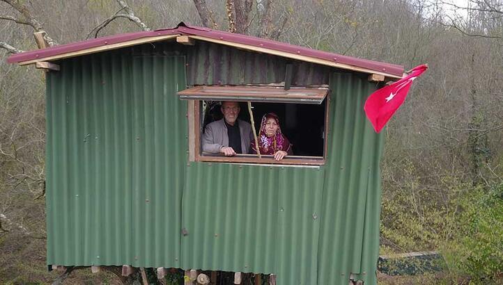 Virüsten korunmak için ağaç üzerine kurdukları evde kalıyorlar