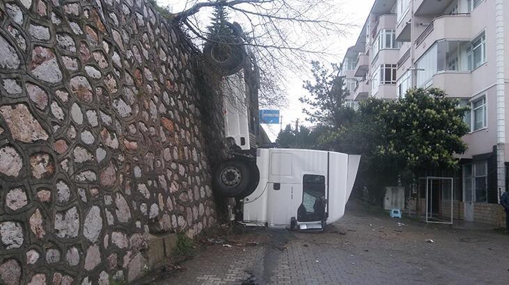 Kocaeli'de istinat duvarından düşen TIR'ın sürücüsü yaralandı