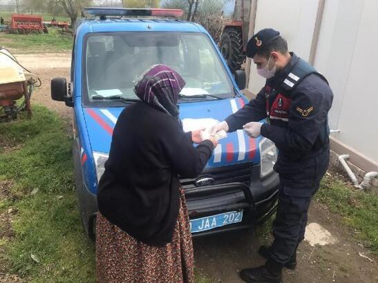 Güvenlik güçleri, ihtiyaç sahiplerinin maaşlarını teslim ediyor