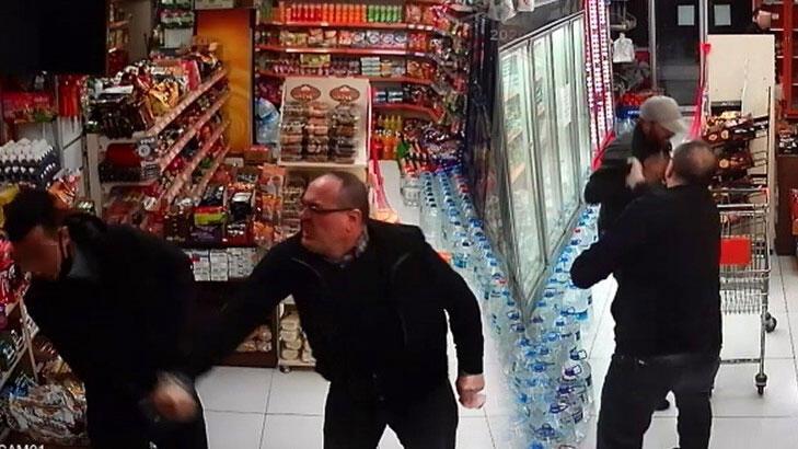 Market sahibi hırsızları tekme tokat dövdü!