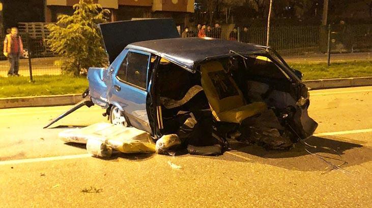 Feci kaza! Refüje çarpan araç ikiye bölündü