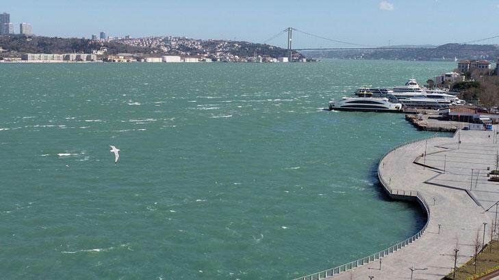İstanbul'da fırtına boğazın rengini değiştirdi!