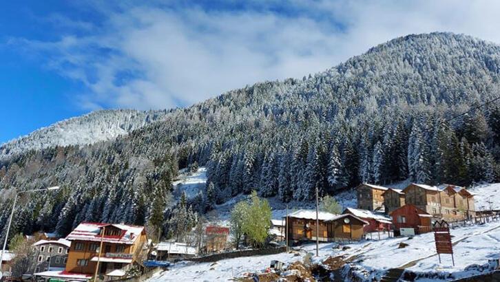 Kaçkar Dağları'na Nisan'da kar yağdı
