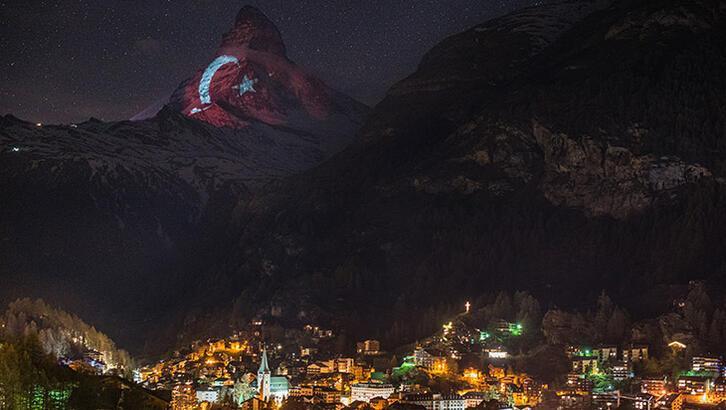 İsviçre'nin dünyaca ünlü dağı kırmızı beyaz