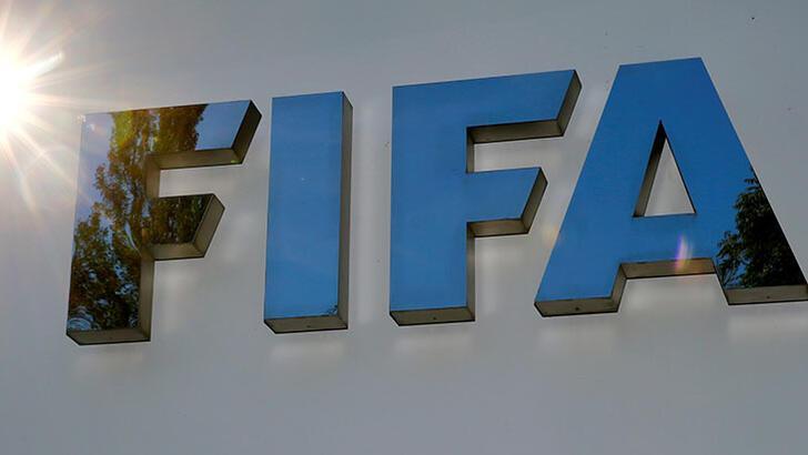 """FIFA yöneticisinden """"tüküren futbolcuya sarı kart gösterilsin""""  önerisi"""
