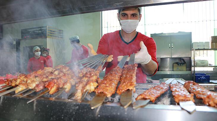 Adana'da kebapçıların yoğun iftar siparişi mesaisi