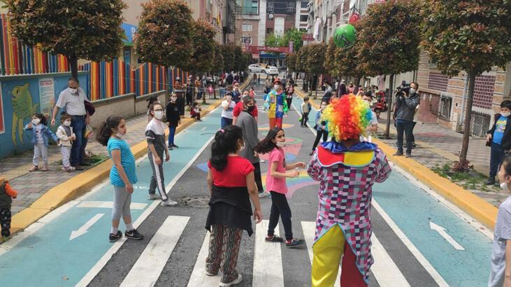 Esenler'de çocuklar sokağa çıkıp, parklarda eğlendi