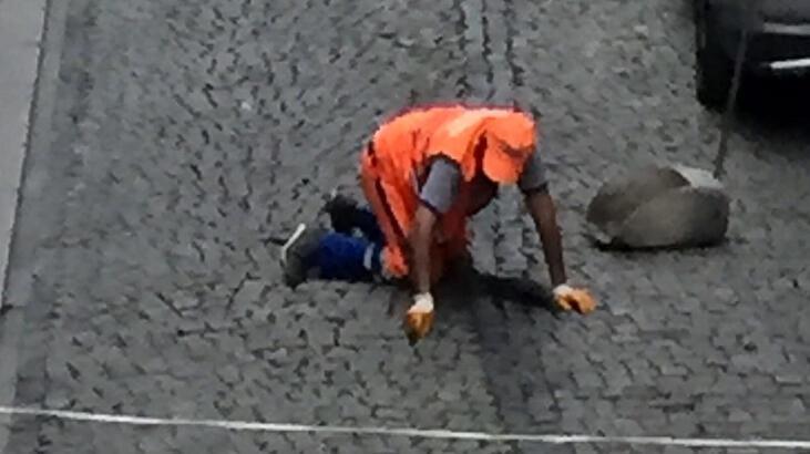 Son dakika haberi: Temizlik görevlisi kaldırım taşları arasındaki izmaritleri elleriyle topladı