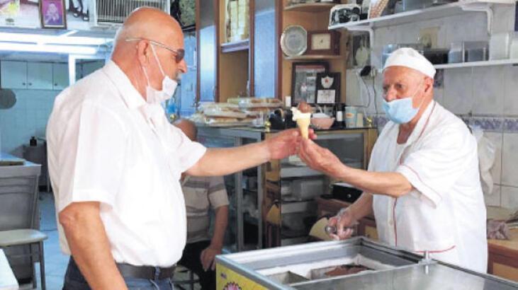 74 yaşındaki  dondurmacı işine koştu