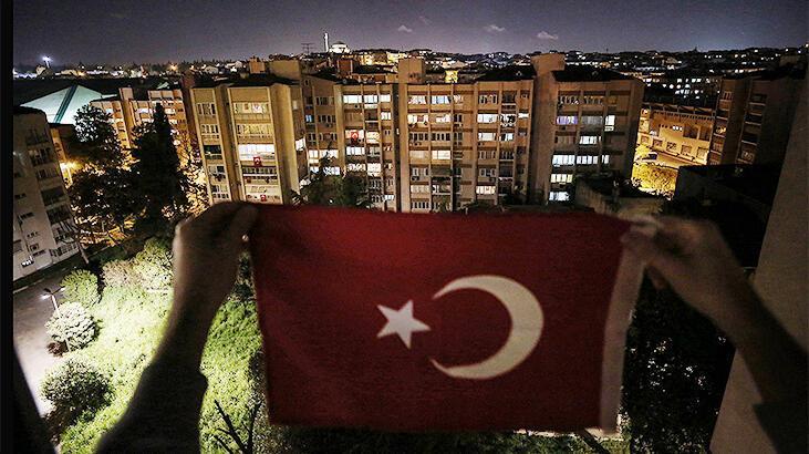 Saat 19.19'da Türkiye İstiklal Marşı için balkonlarda olacak