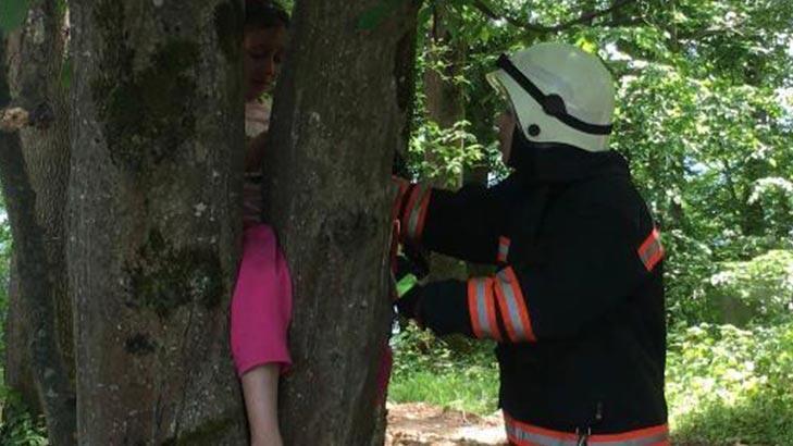 Bacağı ağaca sıkışan minik Ravzanur'u itfaiye kurtardı!