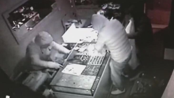 Kuyumculardan 700 bin liralık hırsızlık yapan şüpheliler kamerada