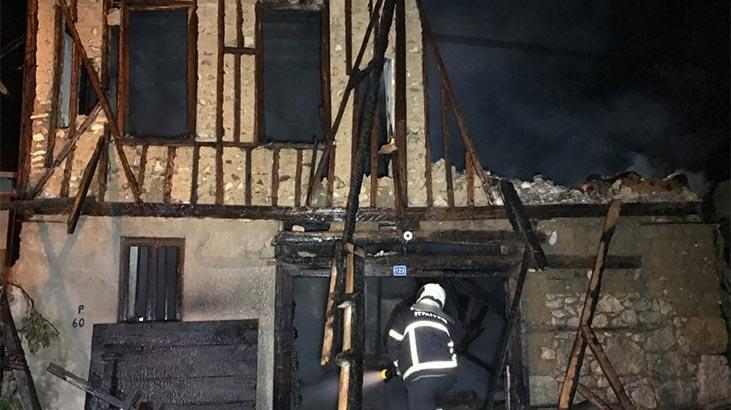 Tarihi binada yangın! Küle döndü
