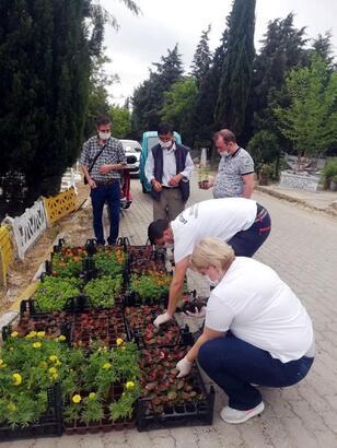 Lüleburgaz Belediyesi'nden, mezarlık ziyaretçilerine çiçek